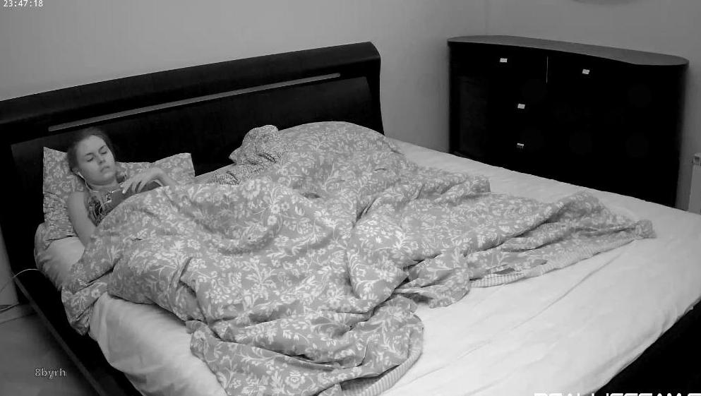 Kamila RealLifeCam Under Blanket Masturbation